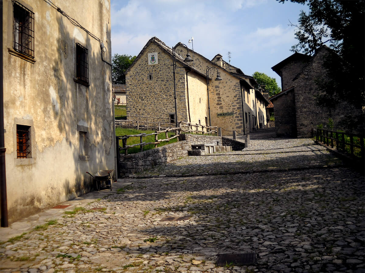 Restauro edifici pubblici Borgo di Arnosto - 01